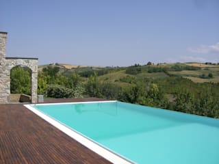 la piscina a cascata: Piscina in stile  di STUDIO DI ARCHITETTURA CLEMENTI