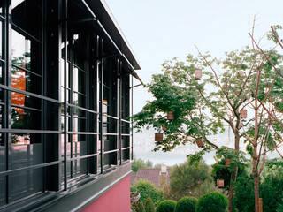 Ganz hinten erkennt man den See. :  Terrasse von Lando Rossmaier Architekten AG
