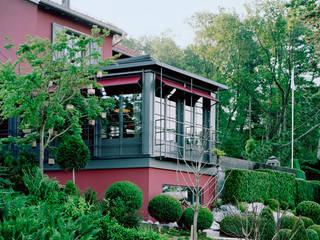 Die Balustrade und das Rankgerüst für die Glyzinien sind eins.: moderne Häuser von Lando Rossmaier Architekten AG