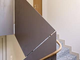 Mehrfamilienhaus Zürich:  Flur & Diele von fiktiv Architektur GmbH