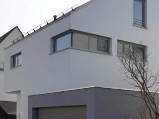 Fassade vorn: moderne Häuser von Architekturbüro Wörner