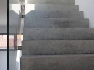 Stahlbetontreppe:  Flur & Diele von Architekturbüro Wörner