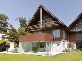 Annex und Ausbau Einliegerwohnung in Feldmeilen: moderne Häuser von fiktiv Architektur GmbH