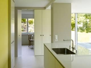 Annex und Ausbau Einliegerwohnung in Feldmeilen: moderne Küche von fiktiv Architektur GmbH