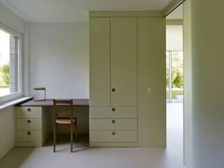 Annex und Ausbau Einliegerwohnung in Feldmeilen: moderne Schlafzimmer von fiktiv Architektur GmbH