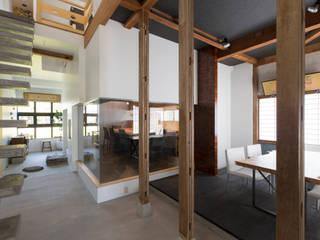 実家リノベ 築37年の空き家を事務所兼ショールームに: SWAY DESIGNが手掛けた商業空間です。