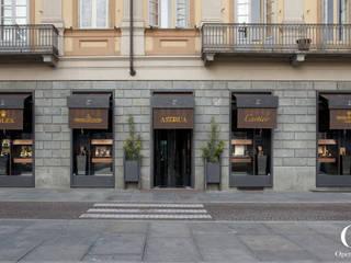 Vetrine su Piazza Carlo Alberto: Negozi & Locali commerciali in stile  di OperaeLab S.R.L.