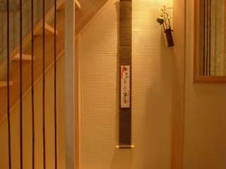 西川真悟建築設計 Paredes y pisos de estilo moderno