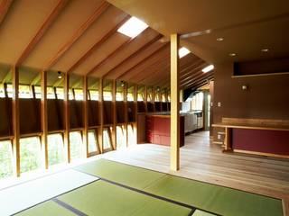 リビングルームからキッチンを見る: katachitochikaraが手掛けたリビングです。,和風