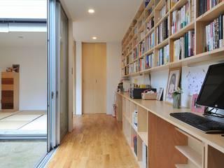Oficinas de estilo  por 岡村泰之建築設計事務所