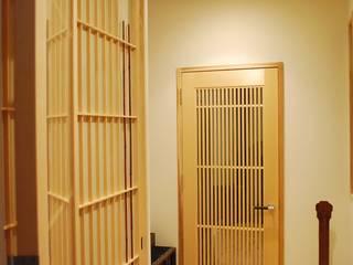 西川真悟建築設計 Puertas y ventanas de estilo moderno