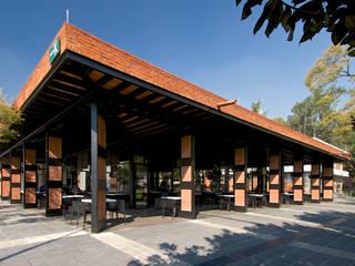 Fachada Sur-Oriente:  Terrace by Forma Taller