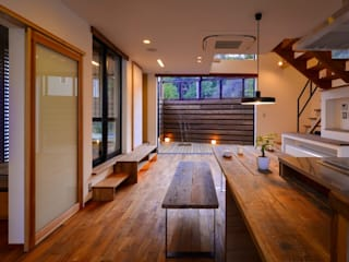 Salas de estar modernas por 祐建築設計事務所 Moderno