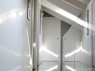 Pasillos, vestíbulos y escaleras de estilo moderno de Polymorpha Design for Living Moderno