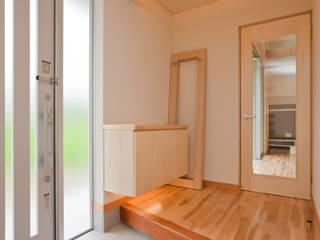 つながった空間に暮らす家 エヌスペースデザイン室 オリジナルスタイルの 玄関&廊下&階段