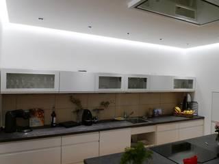 Villa Saarbrücken-Güdingen Moderne Küchen von Bolz Licht und Wohnen 1946 Modern