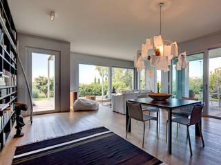 soggiorno: Soggiorno in stile  di studio di architettura via bava 36