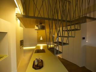 die hängende treppe ins nest: ausgefallener Flur, Diele & Treppenhaus von 3rdskin architecture gmbh