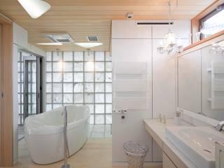 シャワールームとバス: 有限会社加々美明建築設計室が手掛けた浴室です。,