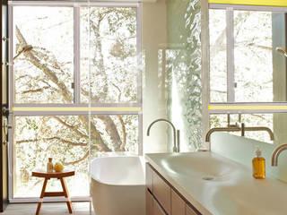 Edificio residenziale : Bagno in stile in stile Minimalista di Studio d'arte e architettura Ana D'Apuzzo