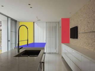 Edificio residenziale: Cucina in stile in stile Minimalista di Studio d'arte e architettura Ana D'Apuzzo