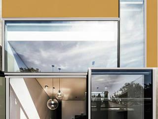 Casa familiare: Finestre in stile  di Studio d'arte e architettura Ana D'Apuzzo
