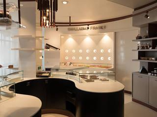 L'espace macaron et les vitrines chocolat: Locaux commerciaux & Magasins de style  par foreverdesigner