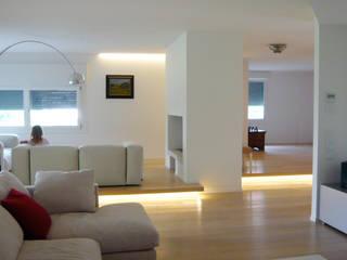 Ristrutturazione di casa unifamliare: Soggiorno in stile in stile Moderno di mod-o