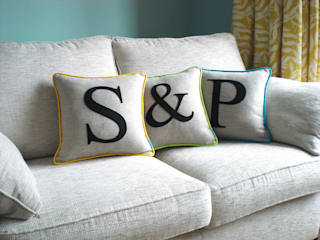 Colour Flash Initial Cushions de Kate Sproston Design Moderno