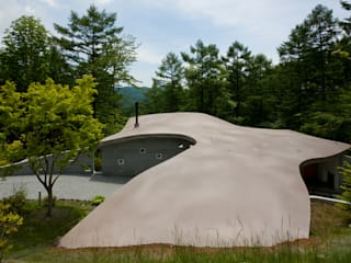 傾斜地に接地する屋根: PODAが手掛けたルーフバルコニーです。