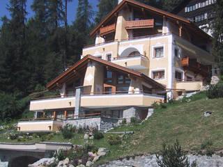 una grande vetrata affacciata sul lago di St. Moritz, Svizzera: Case in stile in stile Moderno di BIFFI BONATO CLAUSETTI ARCHITETTI