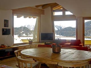 una grande vetrata affacciata sul lago di St. Moritz, Svizzera: Sala da pranzo in stile in stile Moderno di BIFFI BONATO CLAUSETTI ARCHITETTI
