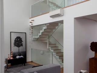 Consuelo Jorge Arquitetos Modern Corridor, Hallway and Staircase