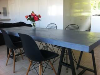 Table en béton ciré, associé à l'acier:  de style  par CATHERINE PENDANX