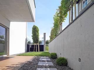 Haus mit Blick in die Weinberge und Pool: moderner Garten von Rosenberger + Neidhardt