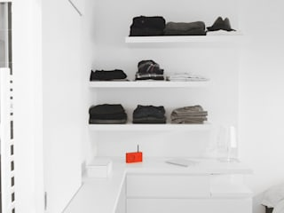 Appartement C: Dressing de style  par Thibaudeau Architecte
