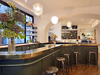 Les Bar, Peinture Farrow and Ball STUDIO GREEN: Hôtels de style  par JC Peyrieux Design