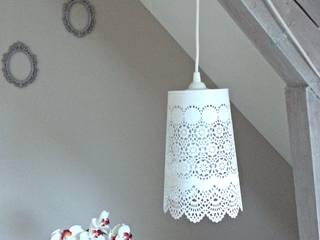 LAMPE BALADEUSE AVEC ABAT JOUR EN DENTELLE DE MÉTAL BLANCHE par atelierdelachoisille Éclectique