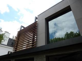 detail habillage de la facade en panneaux fibre ciment ethernit : Maisons de style de style Moderne par L+R architecture