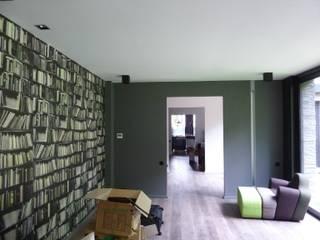 futur bureau - papier peint imitation bibliothèque: Bureau de style de style Moderne par L+R architecture