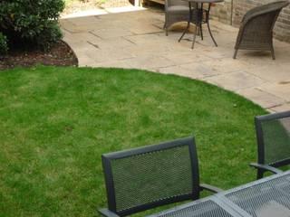 Long suburban Garden Fenton Roberts Garden Design Taman Modern