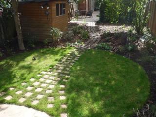 Long suburban Garden Fenton Roberts Garden Design Jardines de estilo rústico