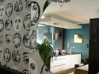 Vue de la cuisine et du salon par le miroir dans l'entrée: Cuisine de style  par Agence BFB