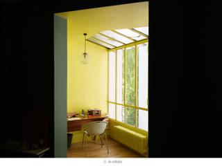 La véranda jaune: Bureau de style de style Moderne par claire Tassinari