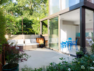 Green Retrofit, Lambourn Road モダンな庭 の Granit Architects モダン