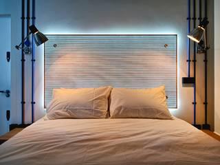 Dormitorios de estilo  por Adventure In Architecture