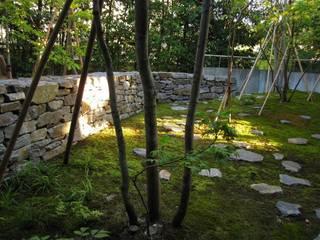 四季の家石積み庭の楓: 山田高志建築設計事務所が手掛けた庭です。