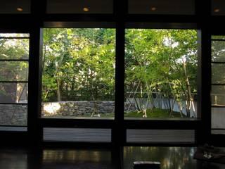 四季の家石積み庭の楓: 山田高志建築設計事務所が手掛けたリビングです。