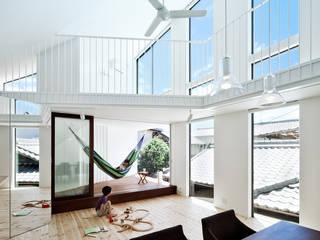 帆居 hammock house: UZUが手掛けたリビングです。