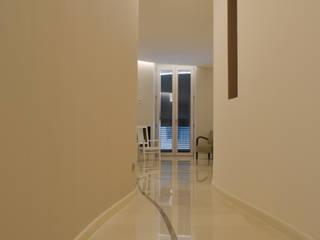 CurviLINE: Ingresso & Corridoio in stile  di Marco Stigliano Architetto